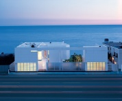 modern-beach-house-with-white-exterior-paint-1